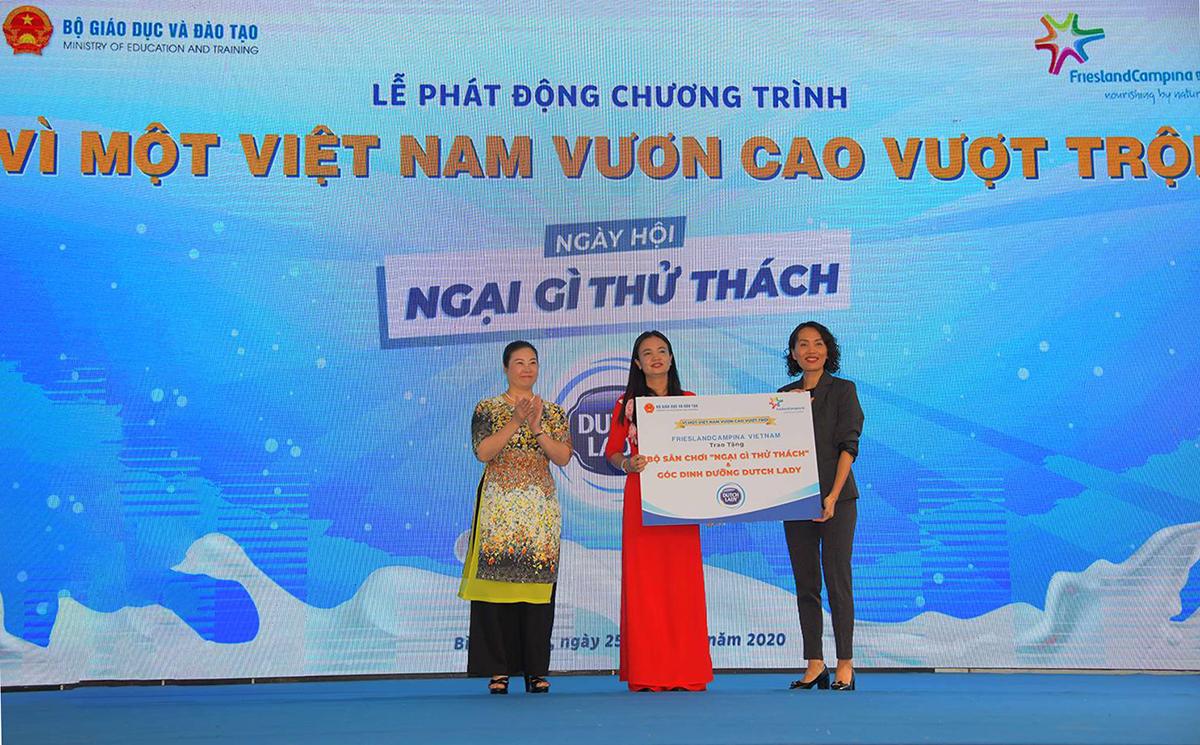Đại diện Vụ giáo dục Tiểu học và đại diện nhãn hàng Cô Gái Hà Lan bàn giao các hạng mục đầu tư cho trường Phú Hòa 3 vào hôm 25/9.