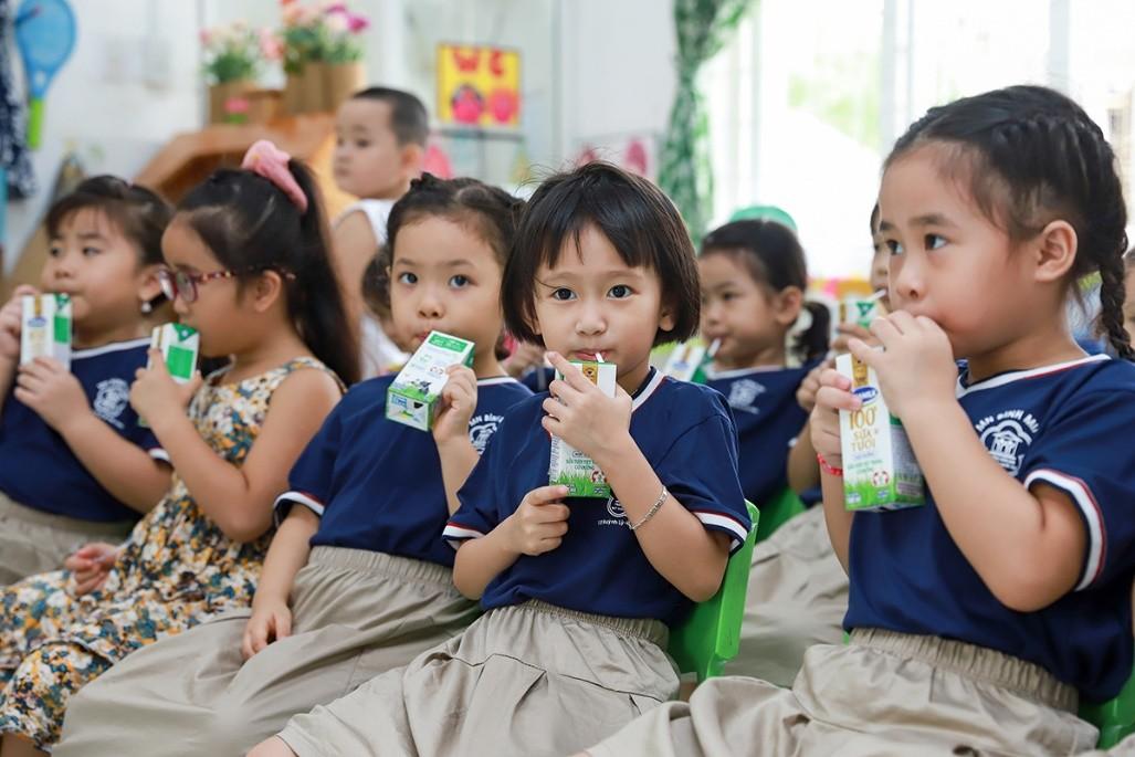 Các em trường Mầm non Bình Minh (Đà Nẵng) uống sữa học đường trong ngày đầu đi học hôm 21/9. Ảnh: Nguyễn Đông.