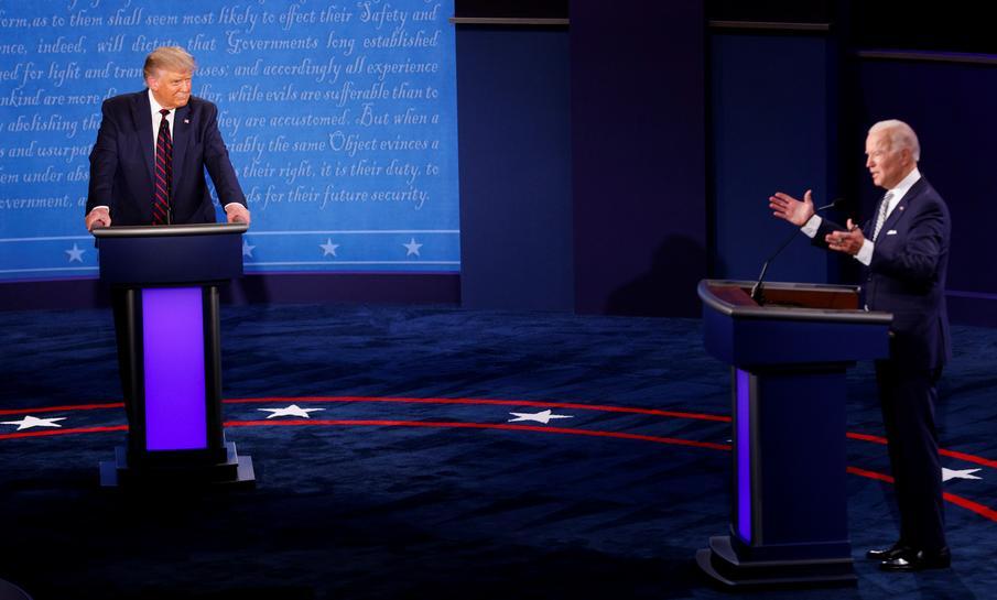 Trump và Biden trong cuộc tranh luận hôm 29/9 ở Cleveland. Ảnh: Reuters.
