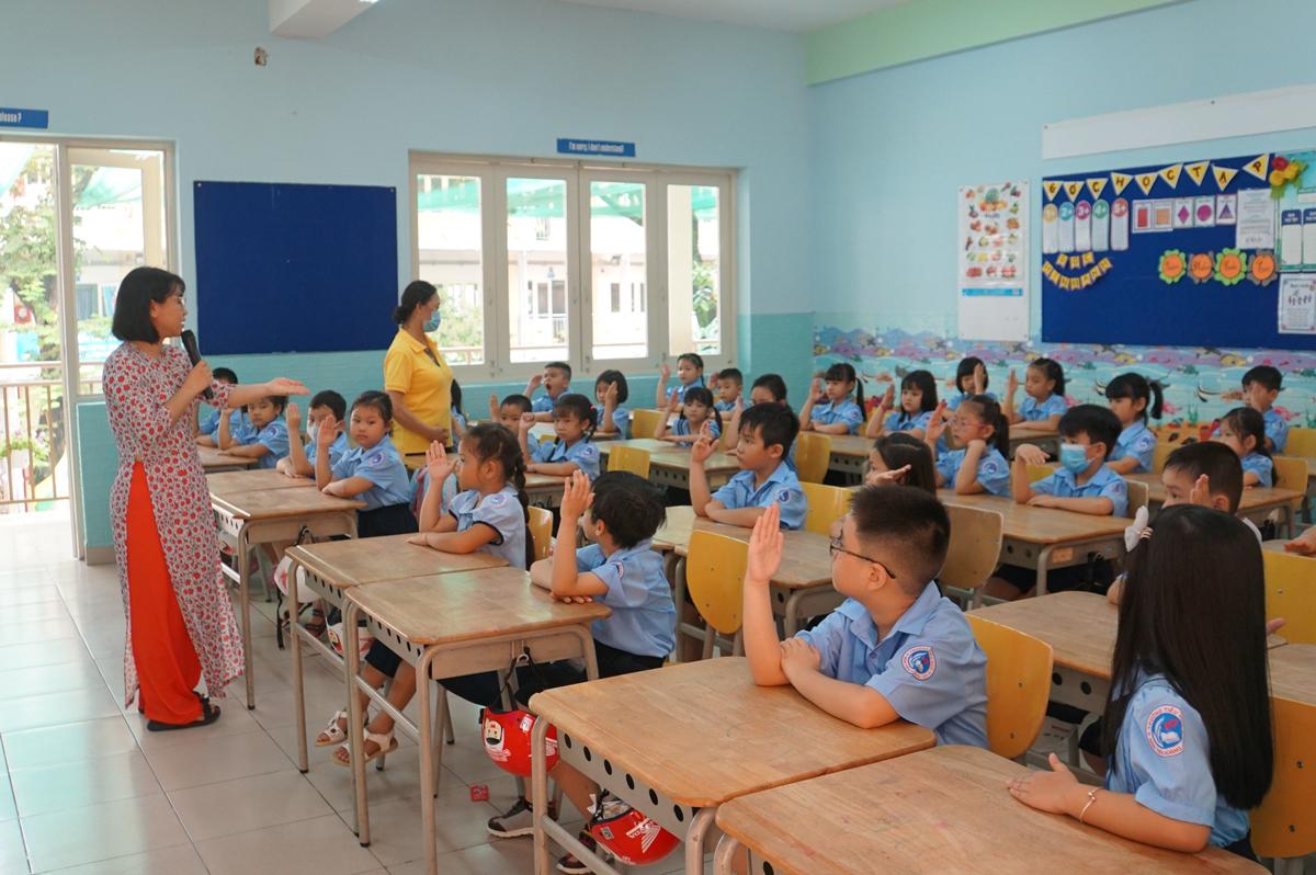 Học sinh lớp 1 trường Tiểu học Đinh Tiên Hoàng, quận 1 trong buổi học đầu tiên năm học 2020-2021. Ảnh: Mạnh Tùng.