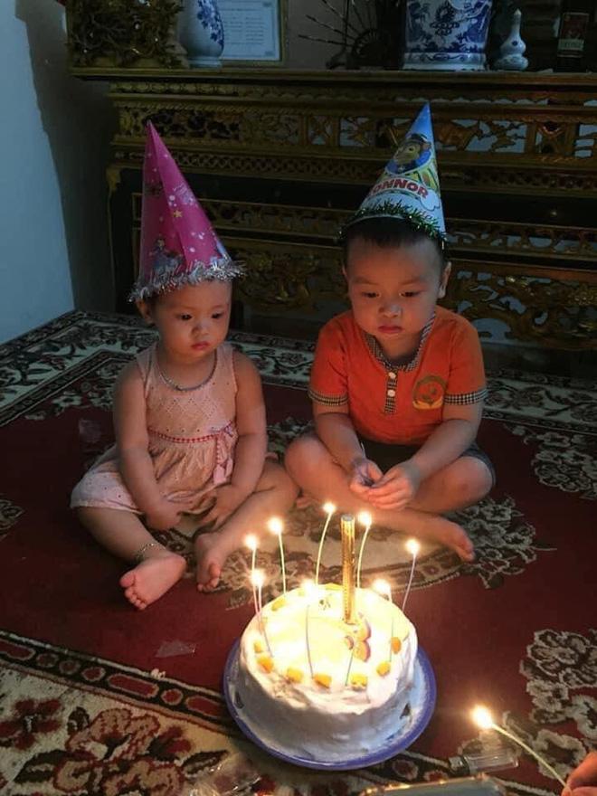 Hai đứa nhỏ sững sờ trước sự hoành tráng của chiếc bánh.