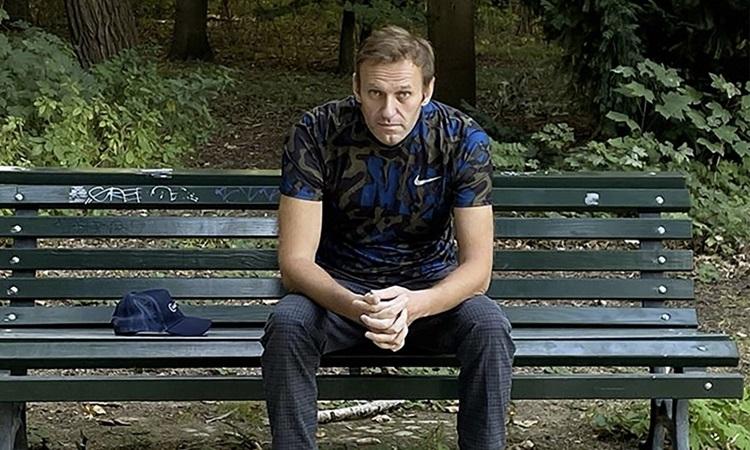 Lãnh đạo đối lập Nga Alexei Navalny ngồi trên băng ghế ở Berlin, Đức hôm 23/9. Ảnh: Instagram/Navalny.