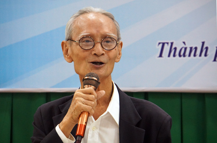 Nhà giáo Trần Chút phát biểu tại hội thảo bàn về chữ quốc ngữ, tháng 12/2019. Ảnh: Mạnh Tùng.