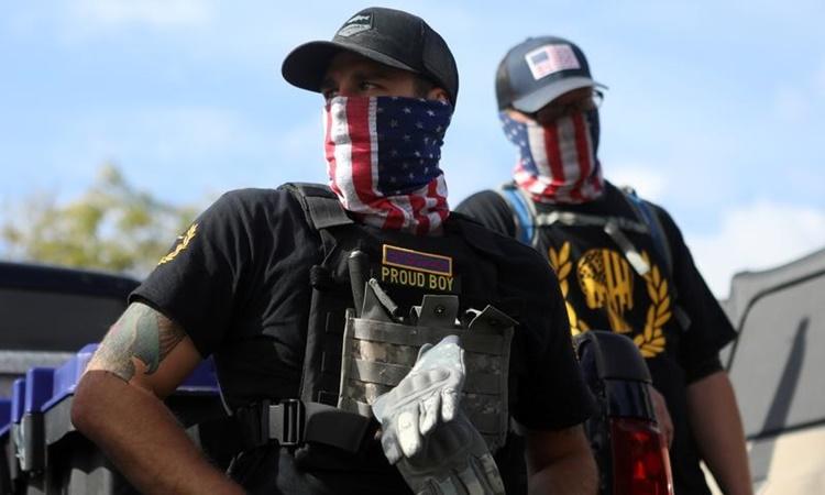 Thành viên nhóm Proud Boys tham gia một cuộc biểu tình ở Portland, bang Oregon, Mỹ, ngày 26/9. Ảnh: Reuters.