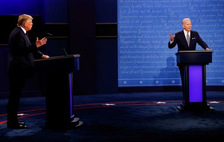 Tổng thống Trump (trái) và ứng viên đảng Dân chủ Joe Biden tại cuộc tranh luận ở Ohio ngày 1/10. Ảnh: Reuters.