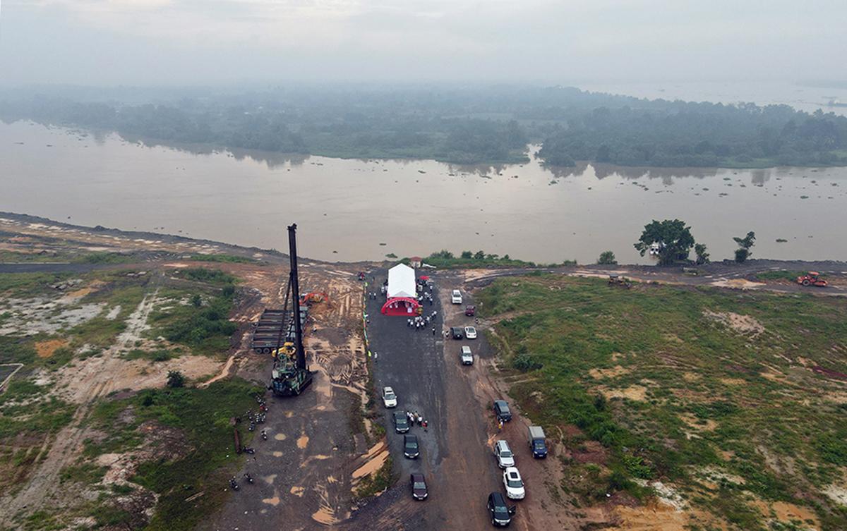 Khu vực xây cầu Vàm Cái Sứt bắc qua sông Buông, sáng 2/10. Ảnh: Phước Tuấn.