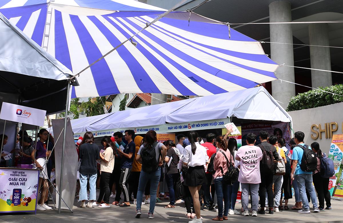Ngày hội việc làm và kết nối doanh nghiệp được tổ chức trong khuôn viên HIU vào năm 2019 thu hút hàng trăm doanh nghiệp đến tuyển dụng sinh viên trực tiếp.