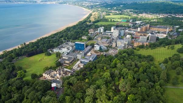 Khu học xá Singleton tọa lạc cạnh bờ biển và được bao quanh bởi công viên xanh mướt.