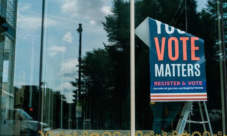 Thông điệp kêu gọi cử tri đăng ký đi bầu cử tại thành phố Milwaukee, bang Wisconsin, Mỹ, hồi tháng 8. Ảnh: NYTimes.