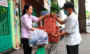 Người Sài Gòn đổi chai nhựa lấy gạo