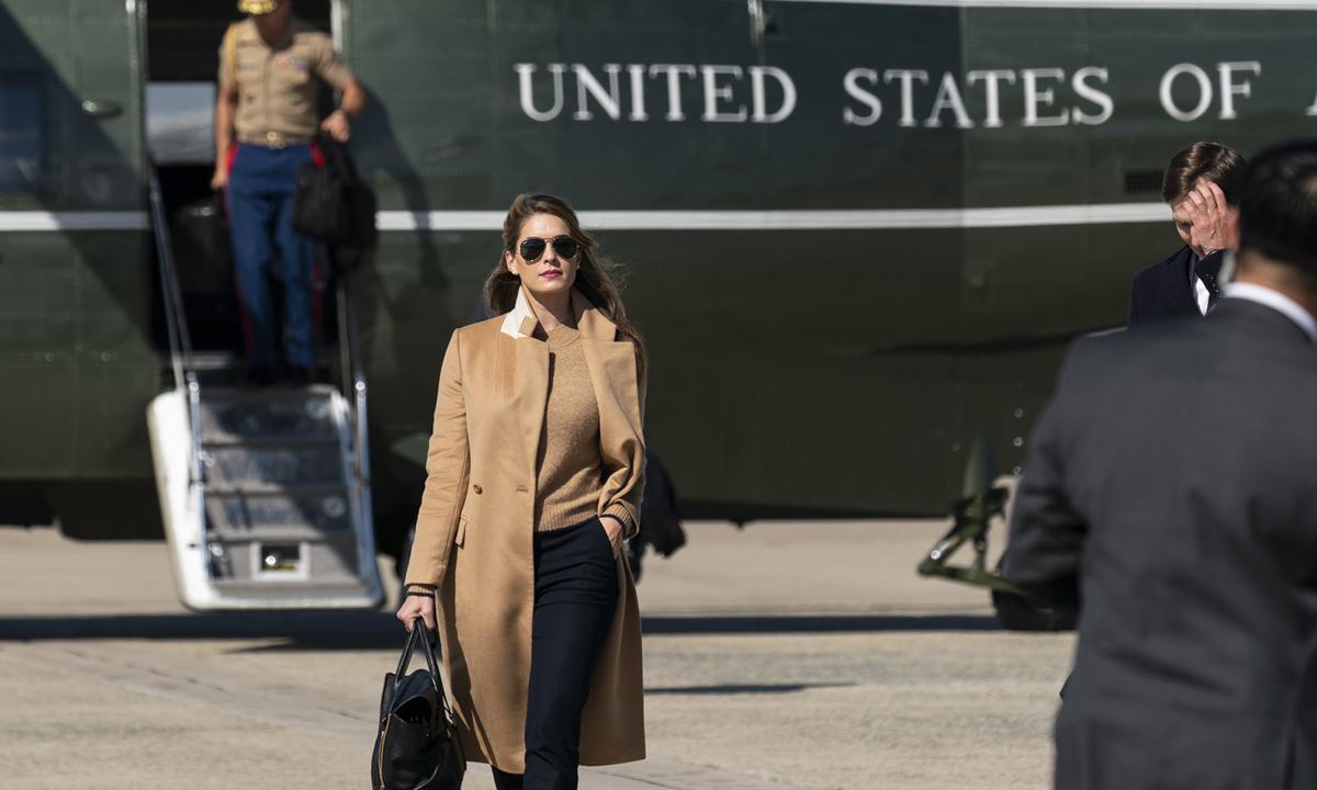 Hope Hicks, trợ lý thân cận của Trump, rời trực thăng Marine One tại căn cứ quân sự Andrews ở Maryland hôm 30/9. Ảnh: AP.