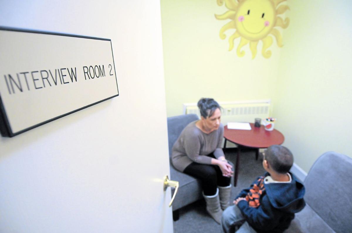 Chuyên viên phỏng vấn pháp y trò chuyện với trẻ em tại hạt Macomb, bang Michigan. Ảnh: Macomb Daily.