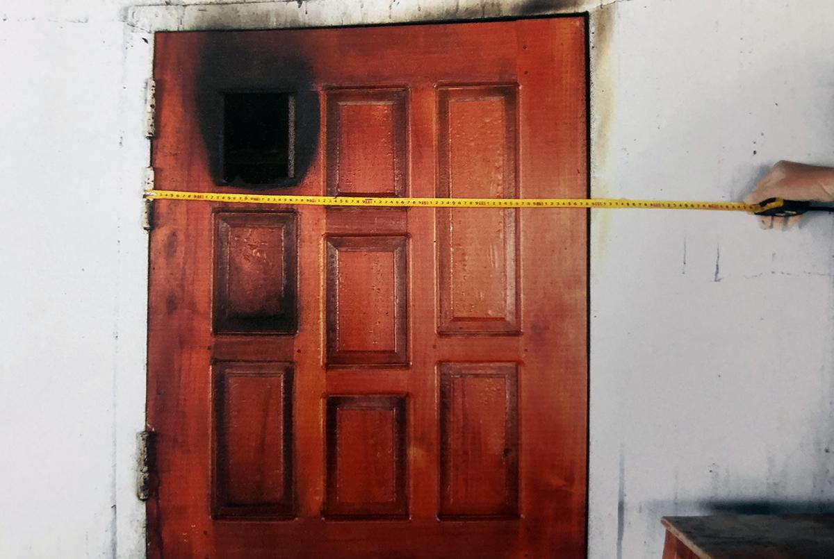 Nghi phạm đập vỡ ô kính trên cửa sổ, sát phòng ngủ của gia đình nạn nhân rồi ném xăng vào, châm lửa đốt. Ảnh: Công an cung cấp.