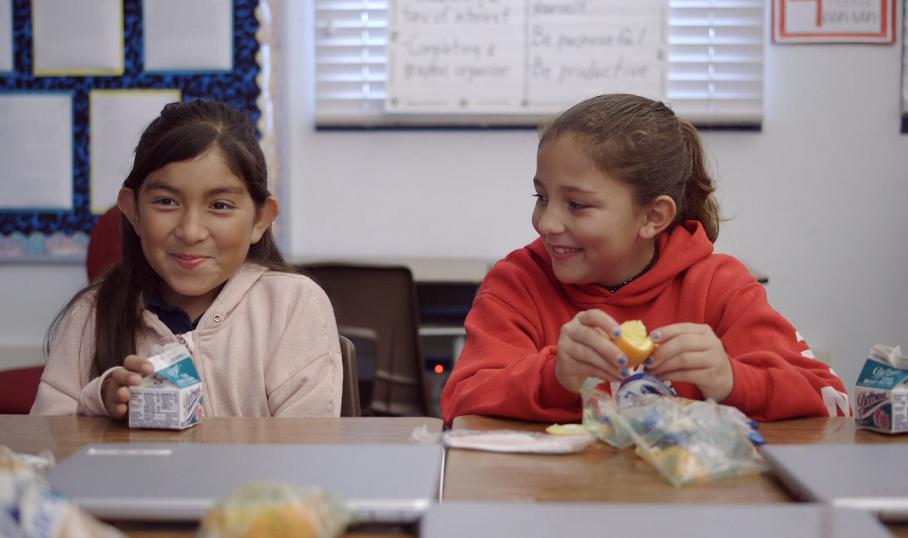 Học sinh tại Mỹ ăn trưa và uống sữa tại trường học. Nguồn ảnh: Driftwood dairy.
