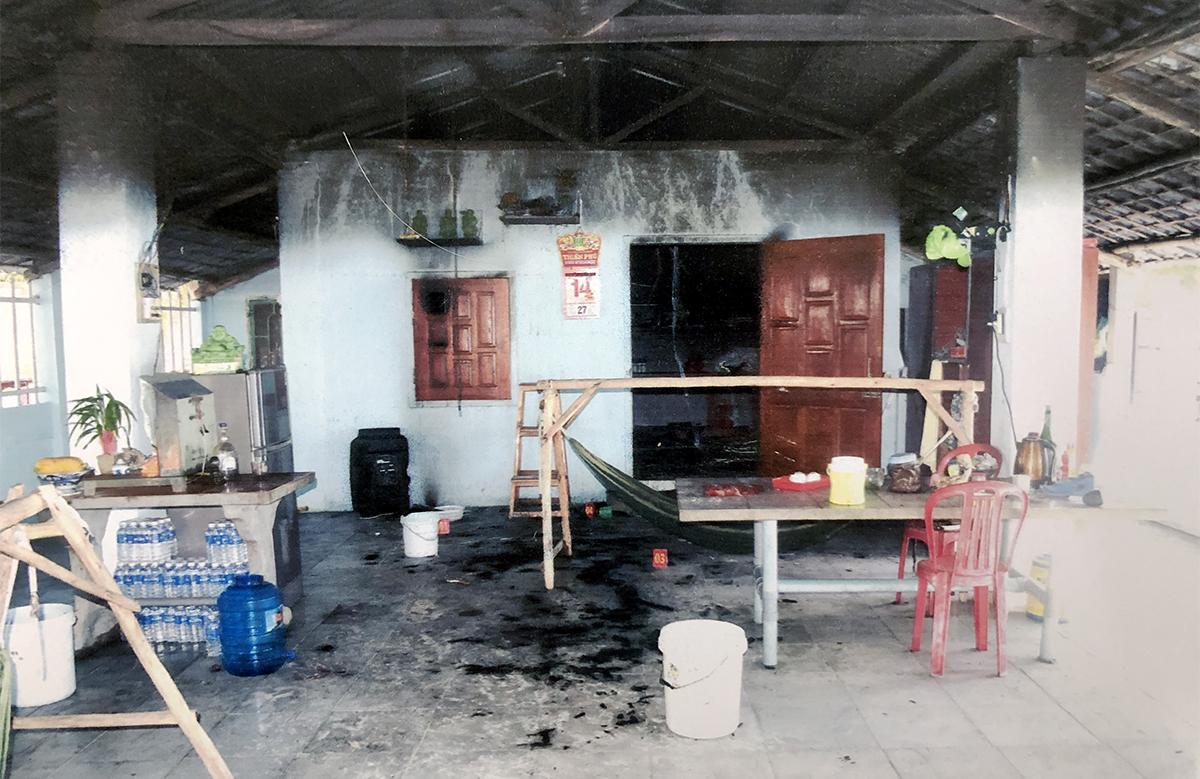 Căn nhà ông Vinh ở thị xã Sông Cầu, Phú Yên cháy đen, ám khói sau khi bị phóng hỏa đốt, hồi tháng 9. Ảnh: Công an cung cấp.