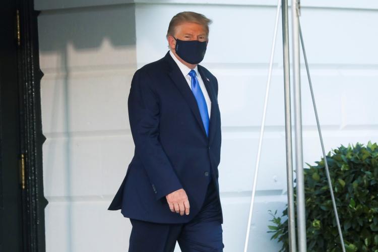 Tổng thống Mỹ Trump chuẩn bị đến Trung tâm Quân y Quốc gia Walter Reed hôm 2/10. Ảnh: Reuters.