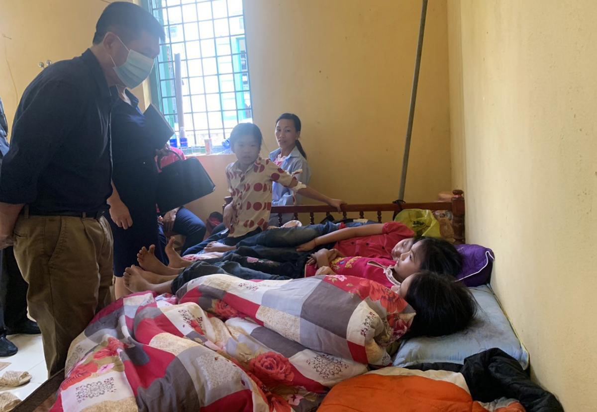 Học sinh trường tiểu học Vĩnh Yên, huyện Bảo Yên, Lào Cai nằm điều trị ở Trạm y tế xã ngày 2/10. Ảnh: Minh Chuyên.