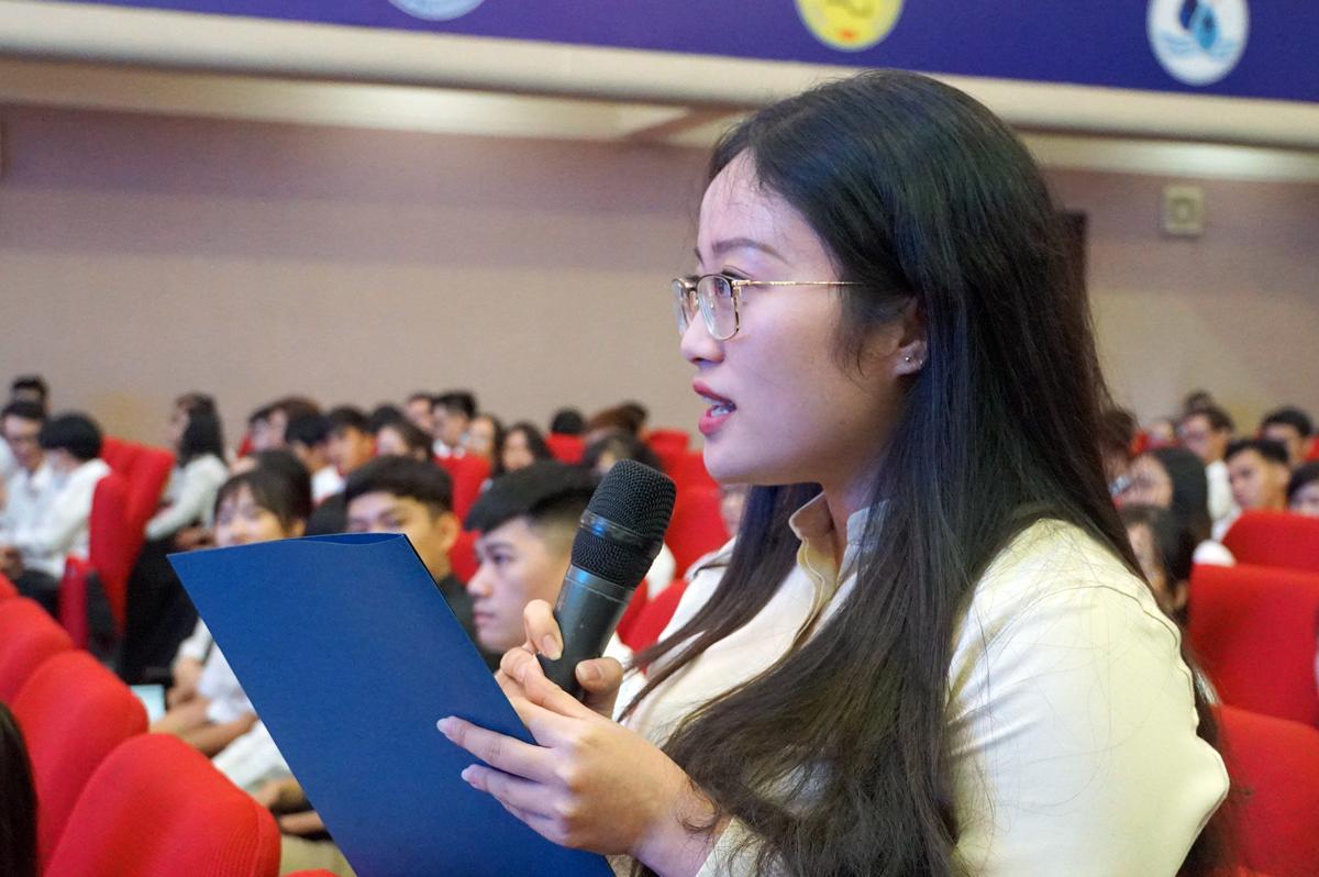Nguyễn Thị Vân Anh, sinh viên Ngữ văn Anh, Đại học Khoa học xã hội và Nhân văn trao đổi với Phó thủ tướng Phạm Bình Minh. Ảnh: Mạnh Tùng.