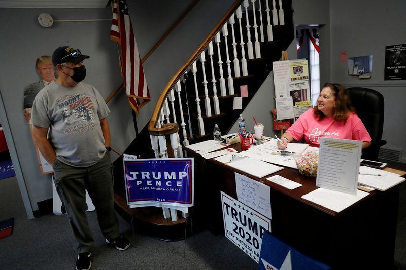 Cathy Lukasko, chủ tịch của đảng Cộng hoà tại hạt Trumbull, bang Ohio, nói chuyện với những người ủng hộ Trump tại văn phòng ở Warren, hôm 2/9. Ảnh: Reuters.