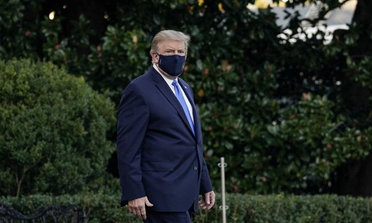 Trump tại Bãi Nam Nhà Trắng trước khi lên đường tới Trung tâm Quân y Walter Reed ở bang Maryland chiều 2/10. Ảnh: AFP.