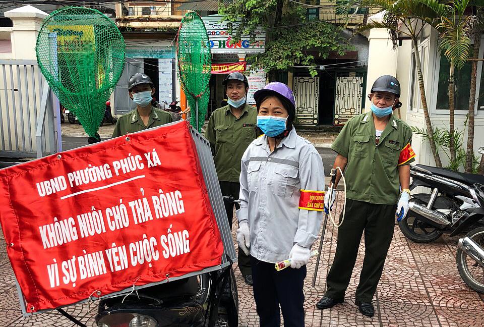Đội săn bắt chó thả rông phòng bệnh dại ở phường Phúc Xá, quận Ba Đình. Ảnh: Minh Hải.