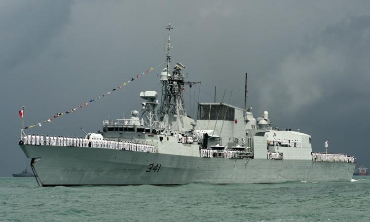 Tàu hộ vệ HMCS Ottawa của Canada. Ảnh: AFP.