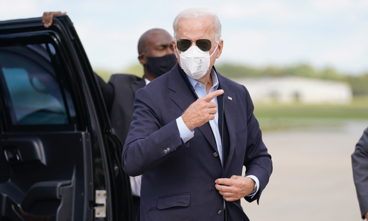Joe Biden tại sân bay ở Grand Rapids, Michigan, hôm 2/10. Ảnh: AP.