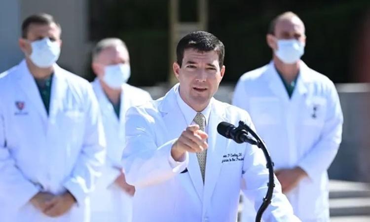 Bác sĩ Sean Conley trả lời phóng viên về tình hình sức khỏe của Tổng thống Trump ngày 4/10. Ảnh: AFP.