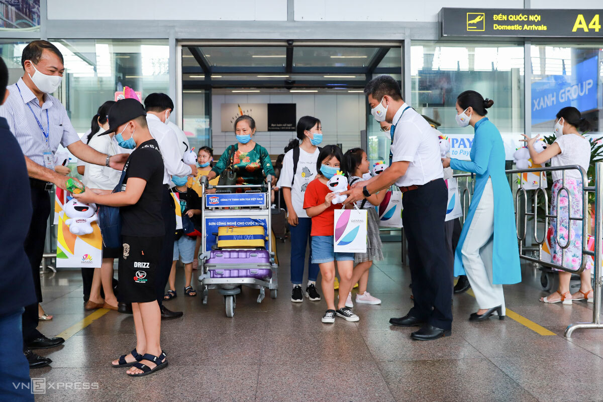Du khách đến Đà Nẵng sau dịch được tặng quà. Ảnh: Nguyễn Đông.