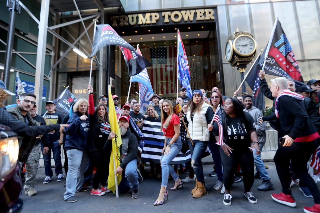 Người ủng hộ tập trung trước Tháp Trump ở New York sáng 4/10. Ảnh: New York Post.