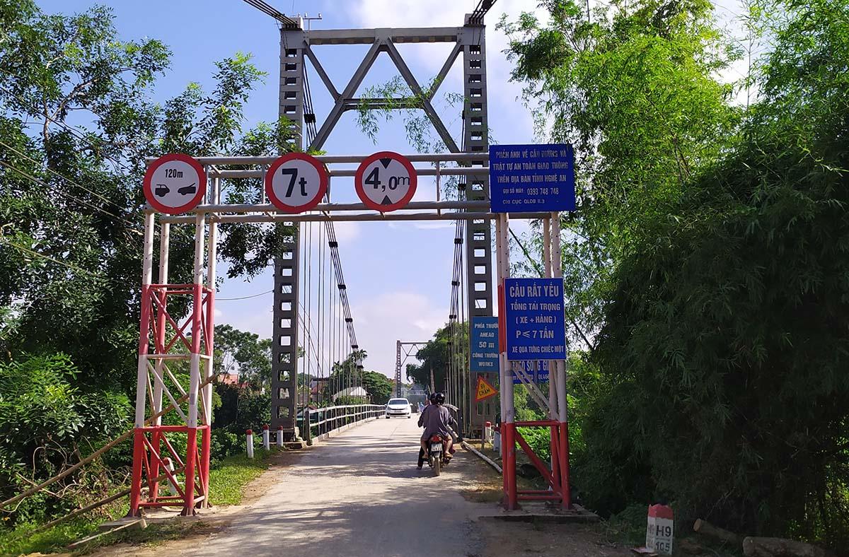 Cầu treo sông Giăng trên trên quốc lộ 46C, dài 120 m, rông hơn 4 m, hoạt động từ năm 1987. Ảnh: Thanh Vinh.