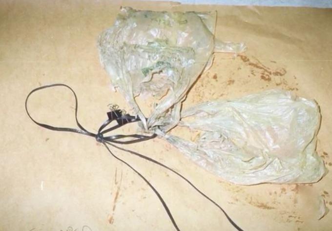 Hai chiếc túi nylon hung thủ dùng để chứa đá nặng. Ảnh: HLN.