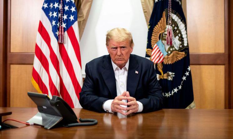Tổng thống Mỹ Donald Trump tại phòng họp bên trong Trung tâm Quân y Quốc gia Walter Reed, bang Maryland, hôm 4/10. Ảnh: Reuters.