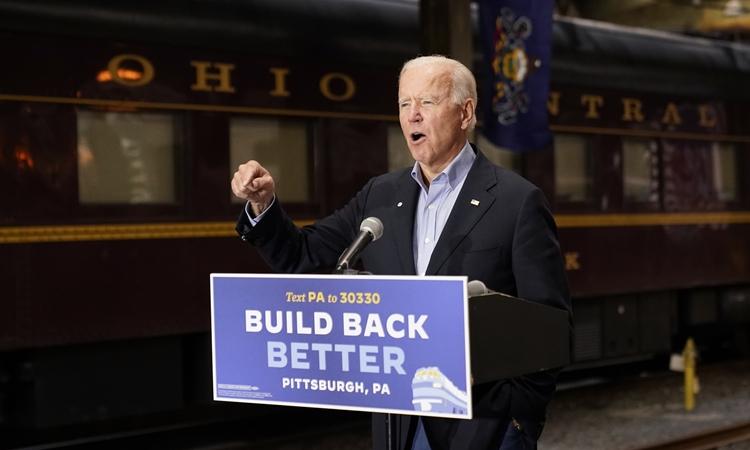 Ứng viên tổng thống đảng Dân chủ Joe Biden phát biểu tại ga tàu ở Pittsburgh hôm 30/9. Ảnh: AP.