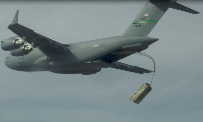Vận tải cơ C-17 thả thùng hàng chứa mô hình tên lửa AGM-158 hôm 30/9. Ảnh: USAF.