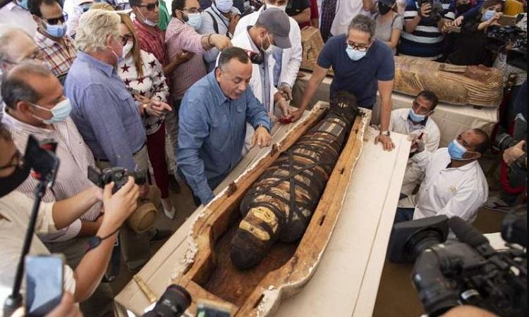 Nhà chức trách mở nắp quan tài chứa xác ướp. Ảnh: Mahmoud Khaled.