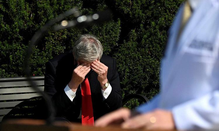 Chánh văn phòng Nhà Trắng Mark Meadows ngồi gục đầu trong lúc các bác shọp báo về sức khỏe của Tổng thống Trump hôm 4/10. Ảnh: Reuters.