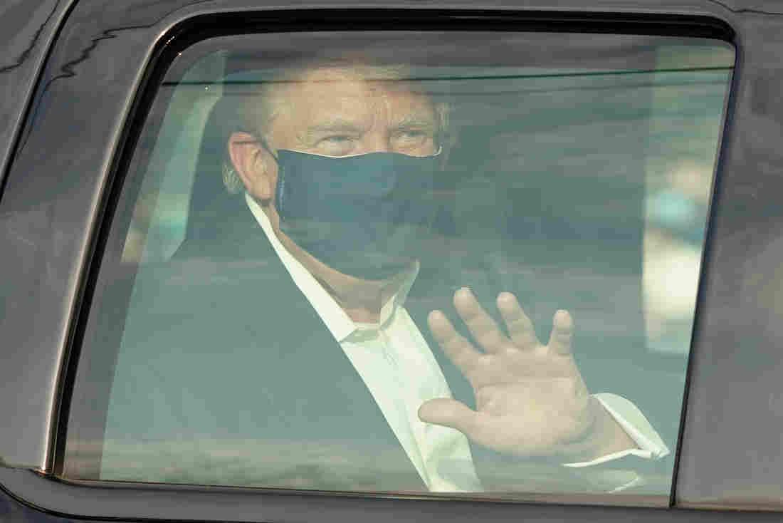 Tổng thống Trump ngồi trong xe vẫy tay chào người ủng hộ bên ngoài Trung tâm Quân y Quốc gia Walter Reed ngày 4/10. Ảnh: AFP.