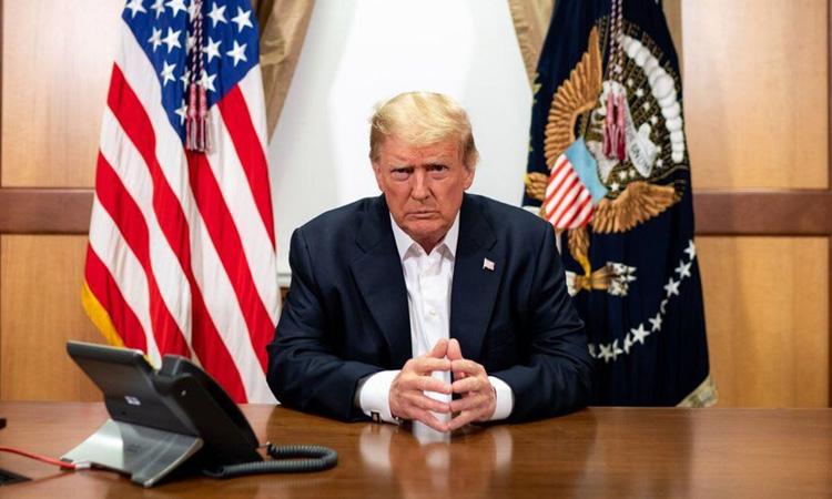 Tổng thống Mỹ Donald Trump sau cuộc điện đàm với các quan chức cấp cao từ Trung tâm Quân y Quốc gia Walter Reed hôm 4/10. Ảnh: White House.