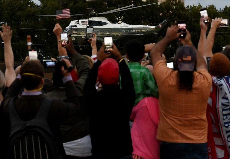 Trump lên trực thăng Marine One rời Trung tâm Quân y Walter Reed ở Bethesda, bang Maryland, trong sự reo hò của cả trăm người ủng hộ hôm 5/10. Ảnh: AFP.