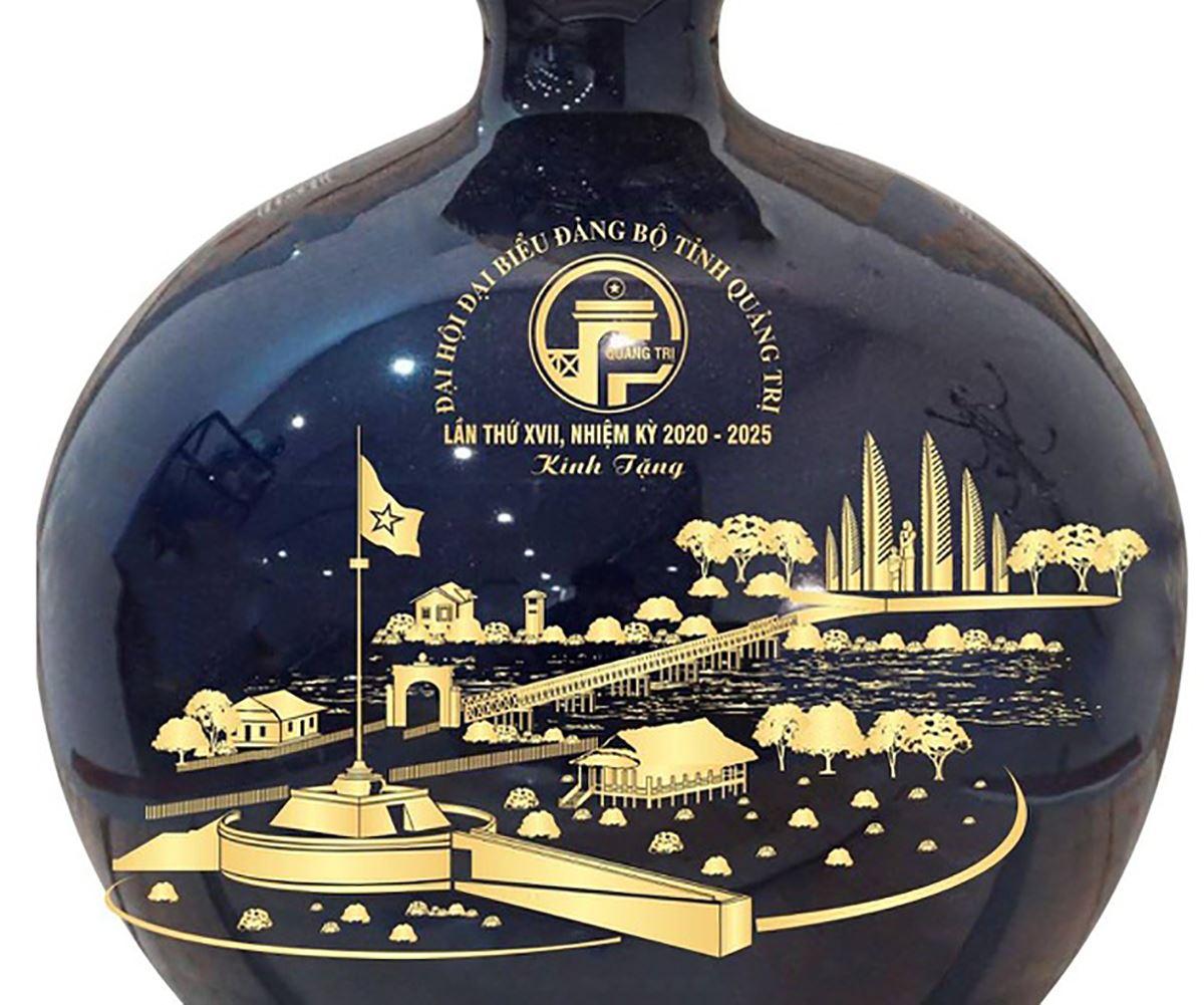 Chiếc bình gốm được dự kiến mua tặng đại biểu về dự đại hội Đảng bộ tỉnh Quảng Trị, nay đã bị hủy gói thầu. Ảnh: Táo Hoàng