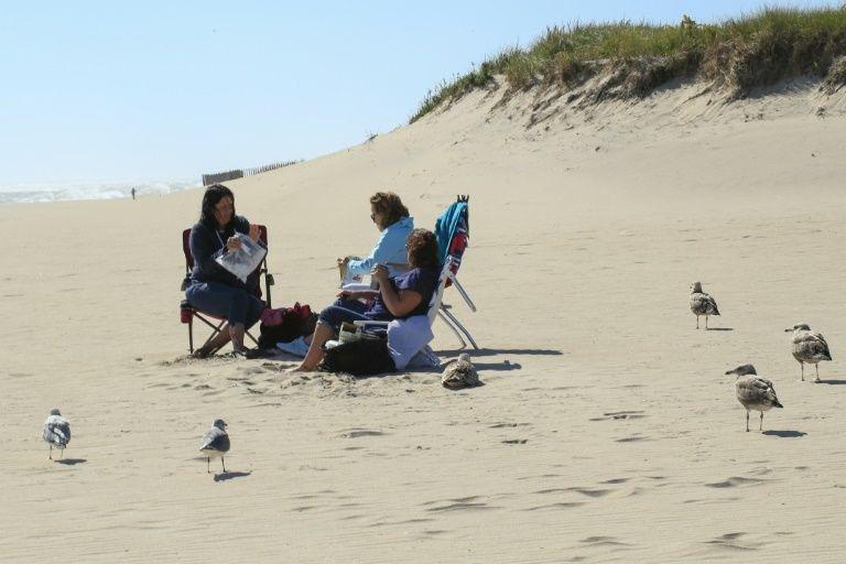 Một gia đình tắm nắng trên bãi biển ở Hamptons hồi tháng 9. Ảnh: AFP.