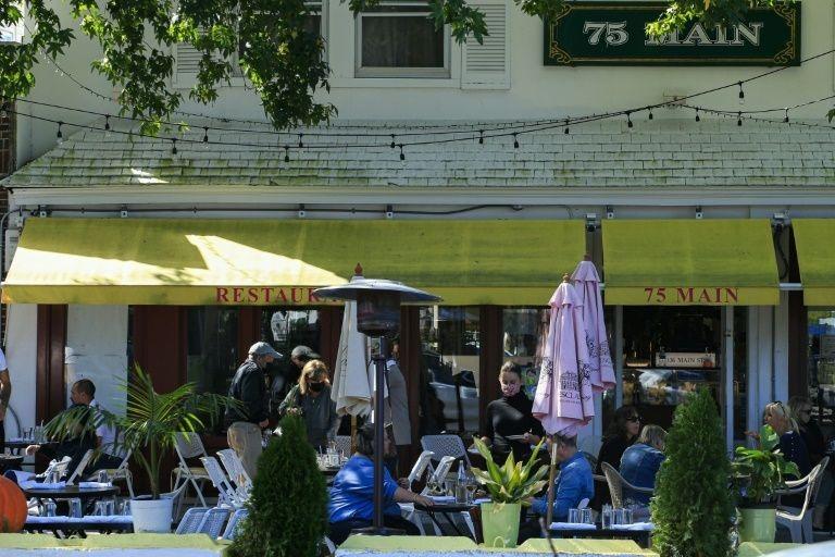 Một nhà hàng ở Hamptons vẫn đông khách tới cuối tháng 9, điều hiếm thấy những năm trước. Ảnh: New