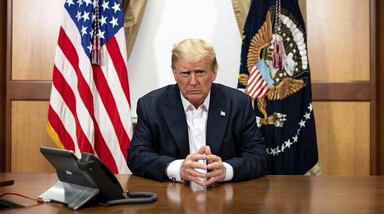 Trump điện đàm với các phụ tá qua điện thoại tại phòng họp ở bệnh viện quân y Walter Reed ngày 4/10. Ảnh: AP.