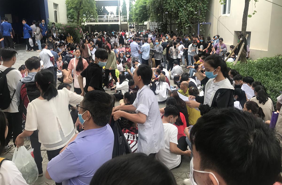 Khu vực trường phòng nhận hồ sơ xét tuyển bổ sung chật kín người, lúc 16h30 chiều 6/10. Ảnh: Dương Tâm.