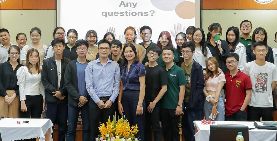 Sinh viên tham dự một hội thảo IELTS của Đại học Ngân hàng TP HCM tổ với British Council vào thời gian nào.
