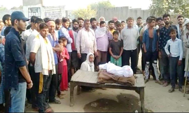 Thi thể bé gái 6 tuổi được đặt giữa đường ở khu Sadabad, bang Uttar Pradesh hôm nay. Ảnh: Navodaya Times.