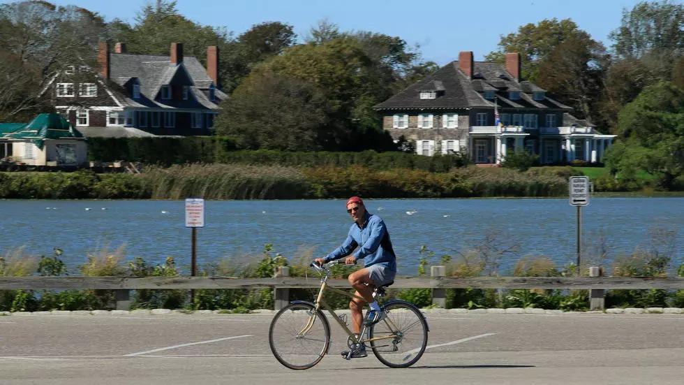 Một người đạp xe ở Southampton, Long Island, hồi tháng 9. Ảnh: AFP.