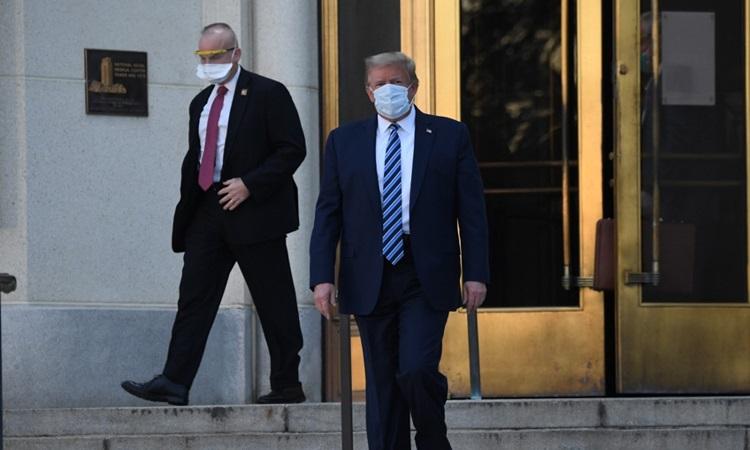 Tổng thống Mỹ Donald Trump bước ra từ Trung tâm Quân y Quốc gia Walter Reed chiều 5/10 (sáng 6/10) giờ Hà Nội. Ảnh: AFP.