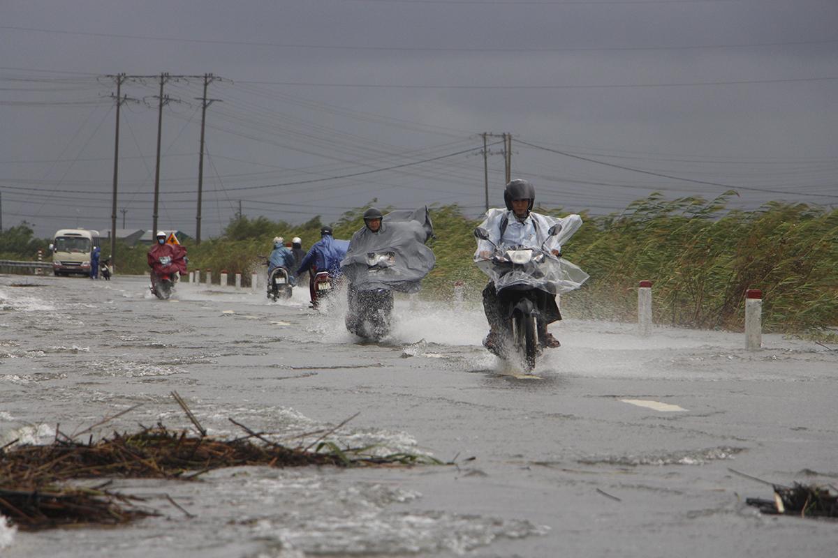 Quốc lộ 49B qua xã Phú Thanh, huyên Phú Vang bị ngập. Ảnh: Võ Thạnh